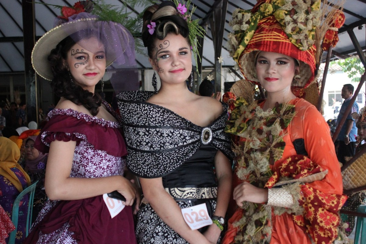 Weekly Photo Challenge : Threes | Pekalongan International Batik Carnival